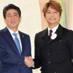 香取慎吾、安倍首相に絵を褒められて照れ笑い///
